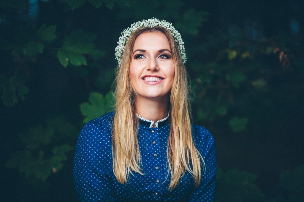 Portrait von Anja in österreichischer Tracht