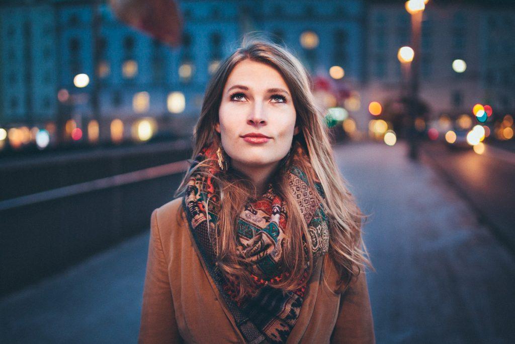 Nadine bei Nacht auf der Staatsbrücke in Salzburg